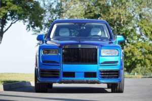 MANSORY Two Rolls-Royce Cullinan with different shades of blue